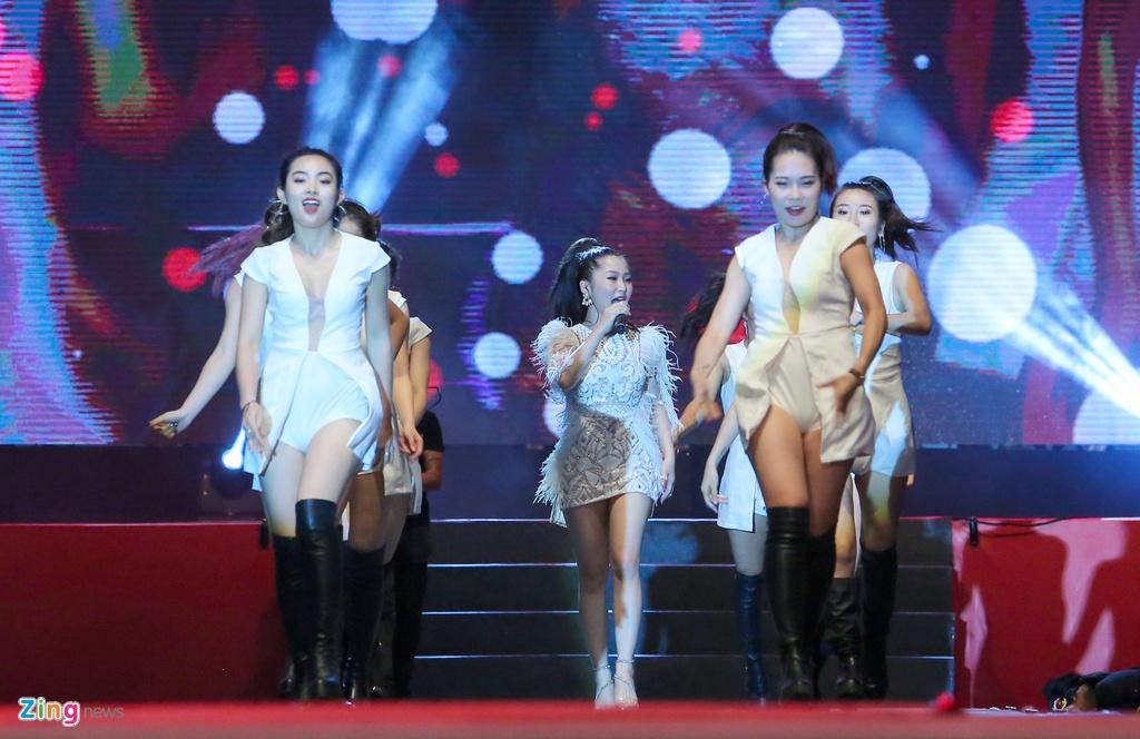 Son Tung lan dau bieu dien 'Chay ngay di' remix o pho di bo Ha Noi hinh anh 8
