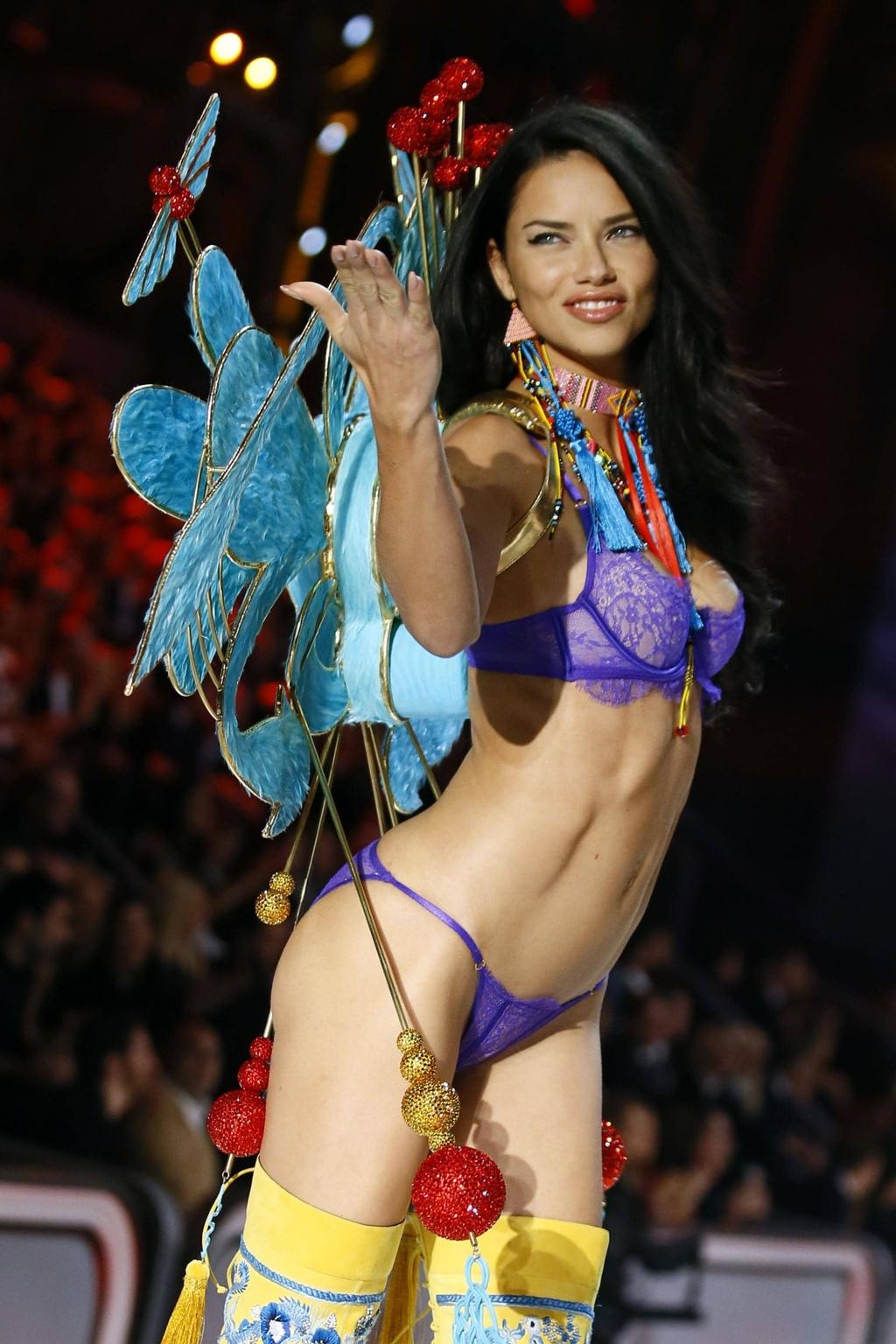 Adriana Lima - sieu mau xinh dep, khoac canh thien than 18 nam hinh anh 2