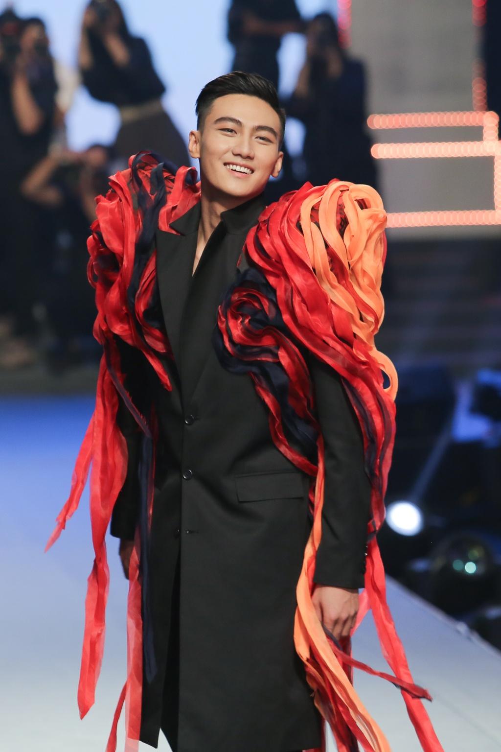 The Face 2018: Mac Trung Kien bat ngo doat quan quan hinh anh 5