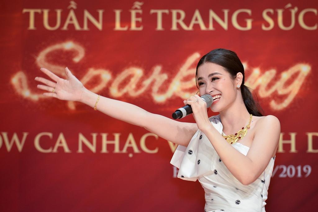 Dong Nhi va Ong Cao Thang mac dep doi truoc dam cuoi co tich hinh anh 4