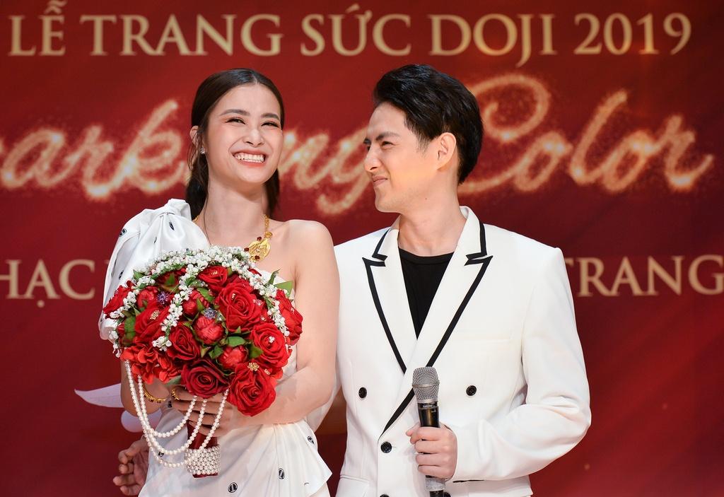 Đông Nhi và Ông Cao Thắng mặc đẹp đôi trước đám cưới cổ tích
