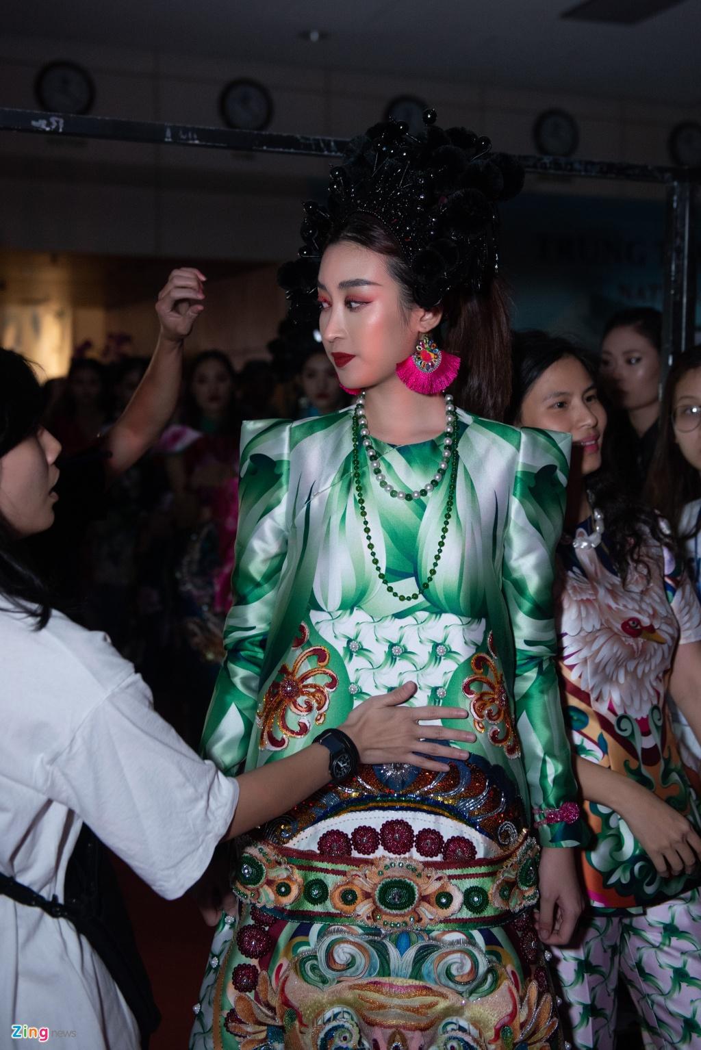 Linh Rin, Cao Thai Ha duoc cham chut truoc khi len san dien hinh anh 4
