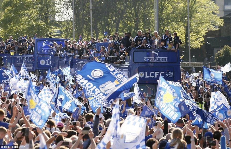 240.000 fan Leicester du le dieu hanh mung chuc vo dich hinh anh 1