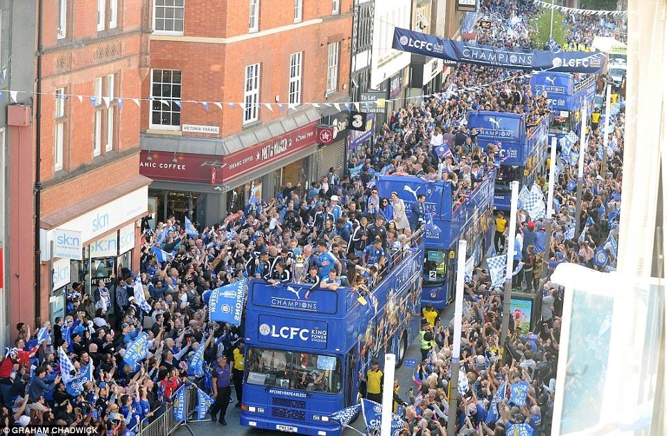240.000 fan Leicester du le dieu hanh mung chuc vo dich hinh anh 11