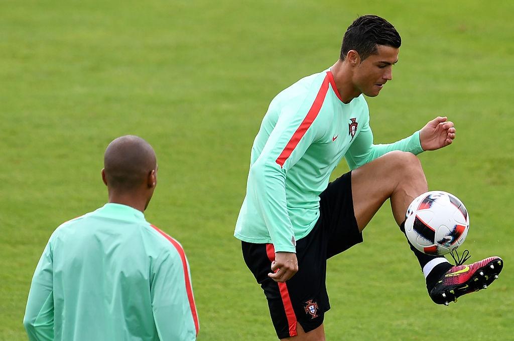 Ronaldo bo tap doi khang truoc tran gap Croatia hinh anh 1