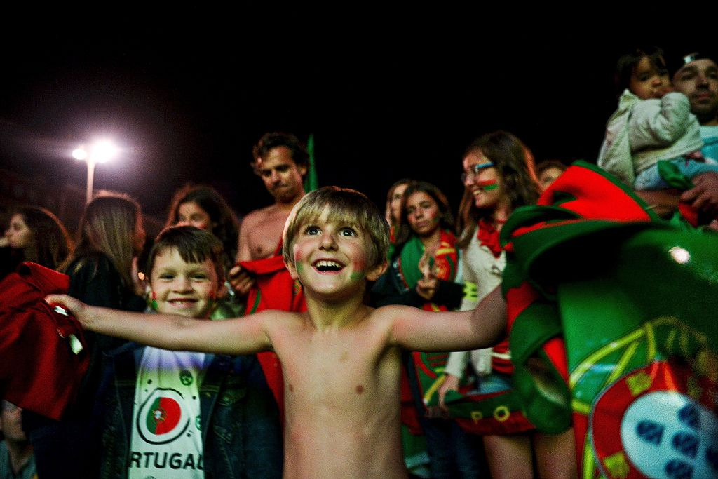 Fan nhi chuc mung Ronaldo vao tu ket Euro 2016 hinh anh 2
