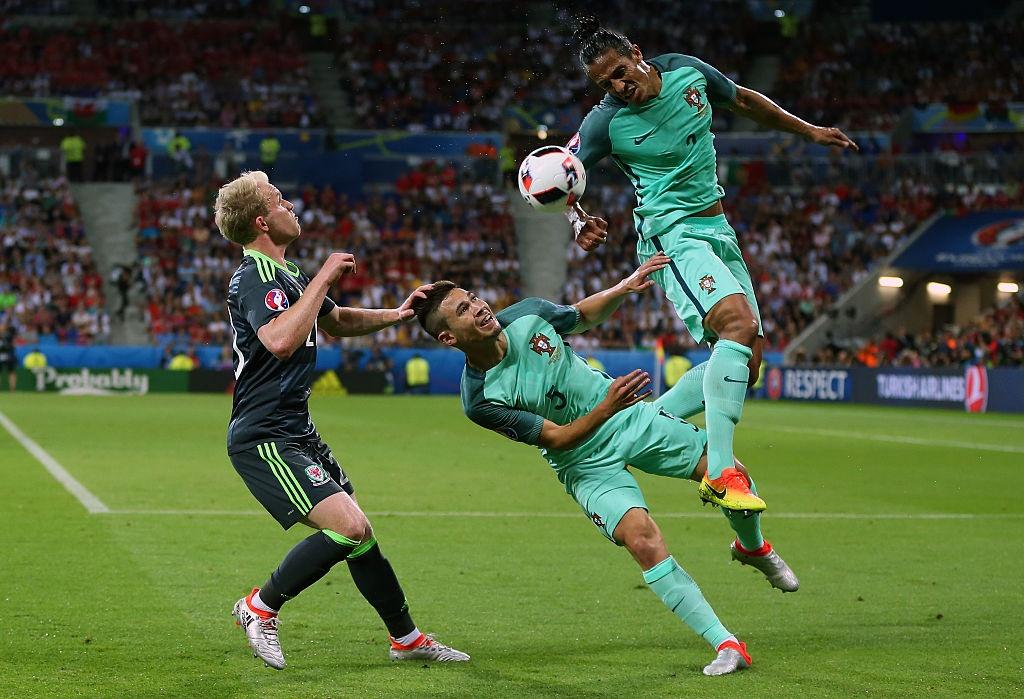 Ronaldo, Bale vao doi hinh hay nhat ban ket Euro 2016 hinh anh 5