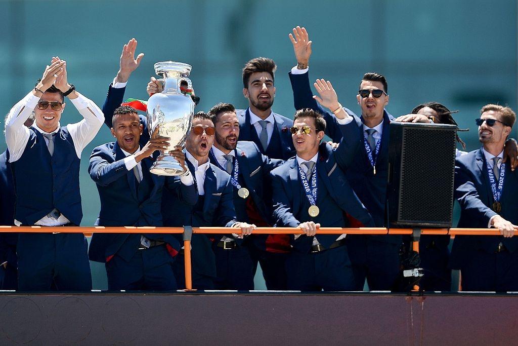 Le don hoanh trang Bo Dao Nha vo dich Euro 2016 hinh anh 5