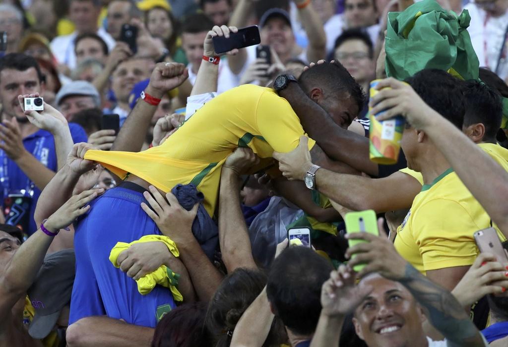 Neymar khoc khi giup Brazil gianh HCV Olympic 2016 hinh anh 4