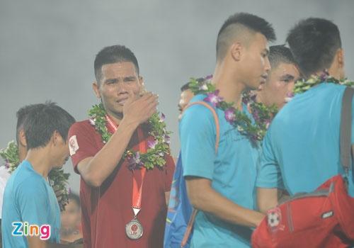 Cau thu Hai Phong khoc khi nhan HCB V.League 2016 hinh anh 4