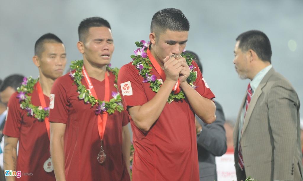Cau thu Hai Phong khoc khi nhan HCB V.League 2016 hinh anh 3