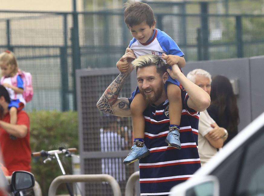 Lionel Messi vui ve dua con den truong hinh anh 1