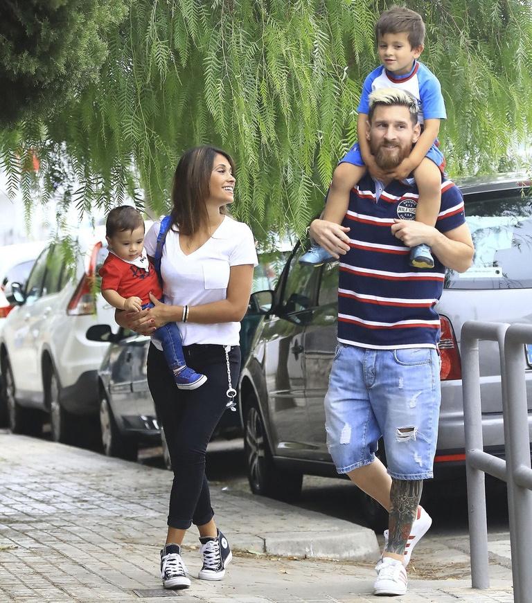 Lionel Messi vui ve dua con den truong hinh anh 2