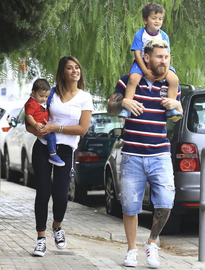 Lionel Messi vui ve dua con den truong hinh anh 4
