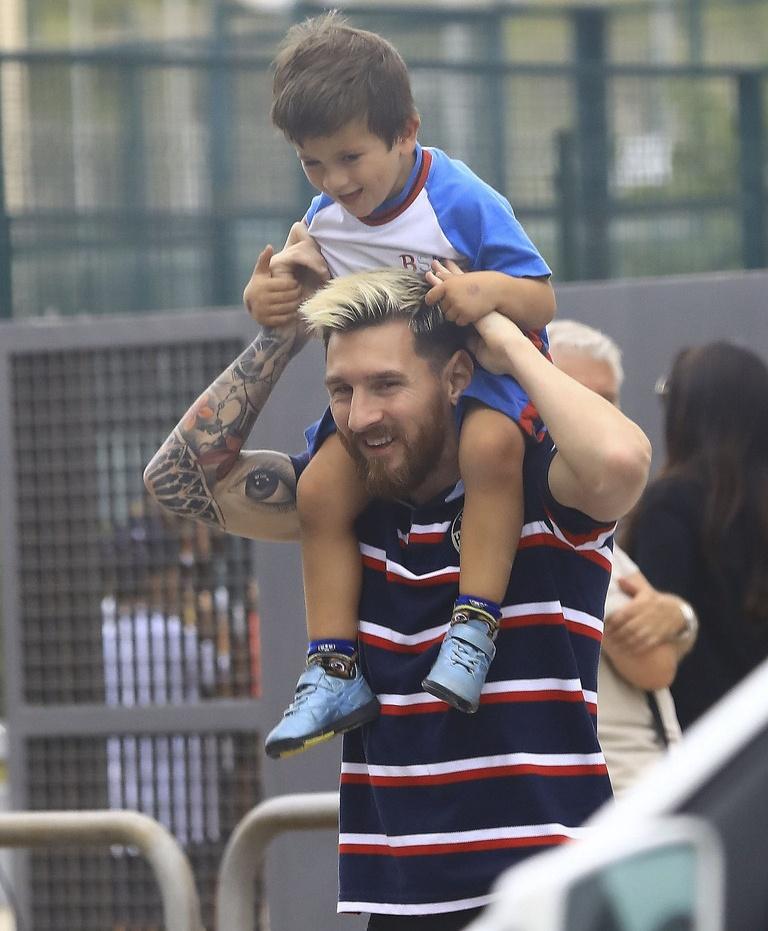 Lionel Messi vui ve dua con den truong hinh anh 3