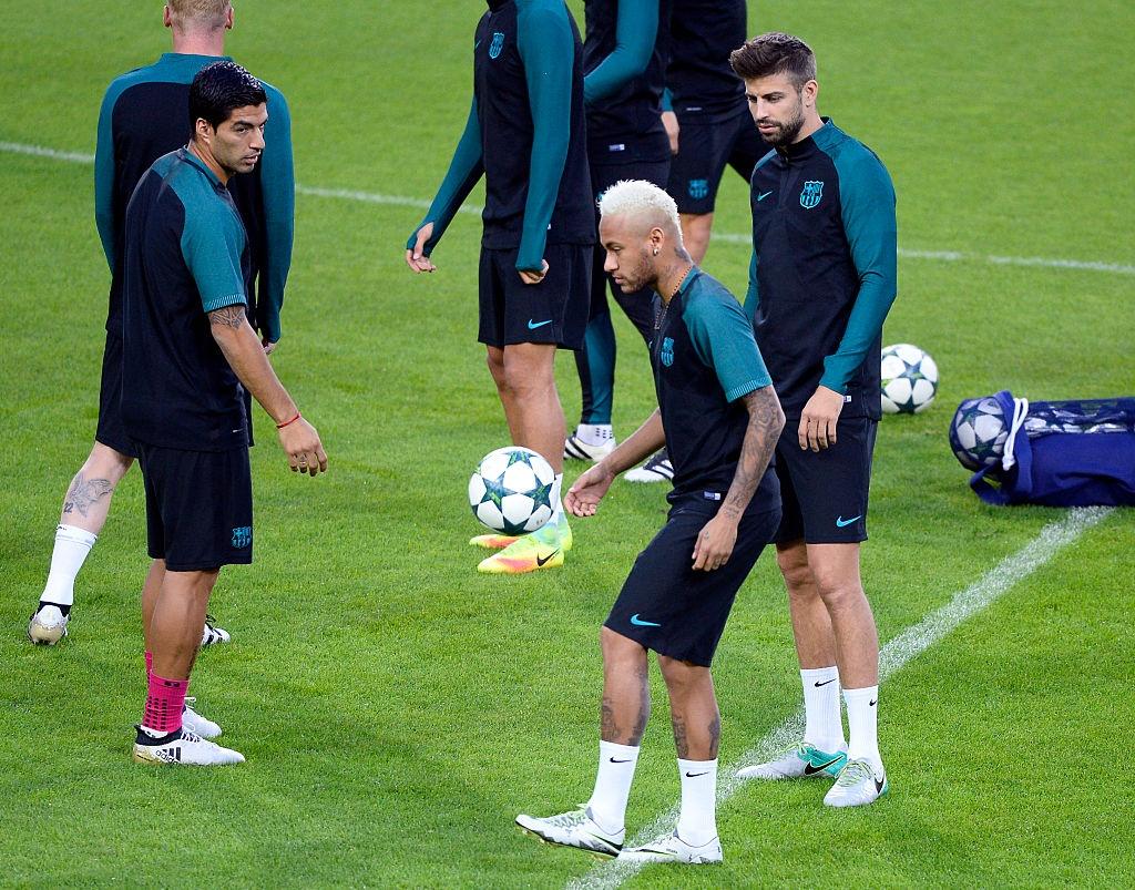 Luis Suarez da Pique trong buoi tap cua Barca hinh anh 10