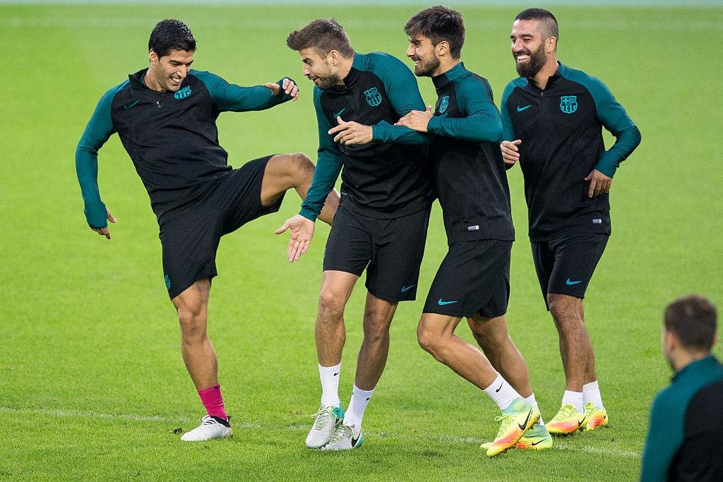 Luis Suarez da Pique trong buoi tap cua Barca hinh anh 1