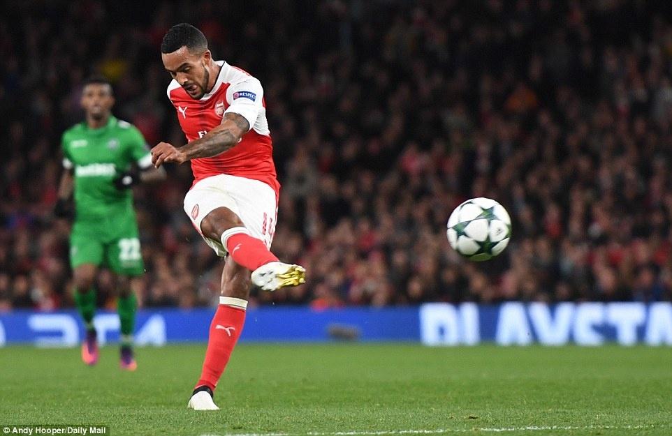 Oezil lap hat-trick, Arsenal len ngoi dau o Champions League hinh anh 5