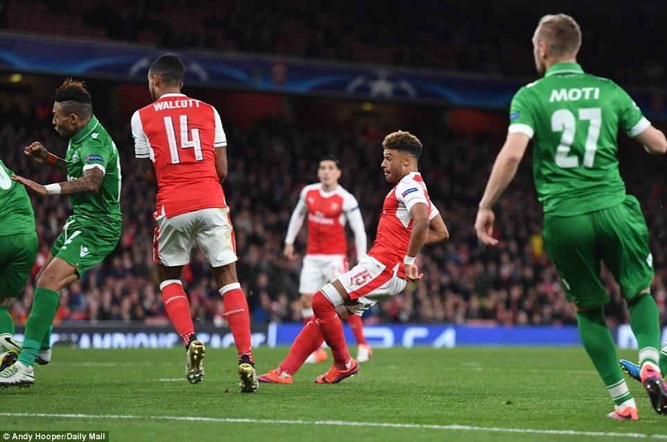 Oezil lap hat-trick, Arsenal len ngoi dau o Champions League hinh anh 6