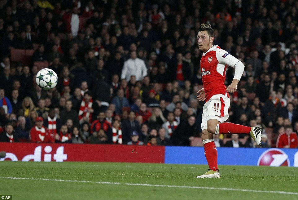 Oezil lap hat-trick, Arsenal len ngoi dau o Champions League hinh anh 8