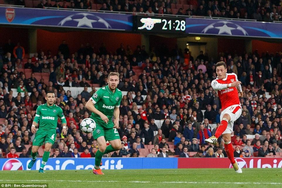 Oezil lap hat-trick, Arsenal len ngoi dau o Champions League hinh anh 9