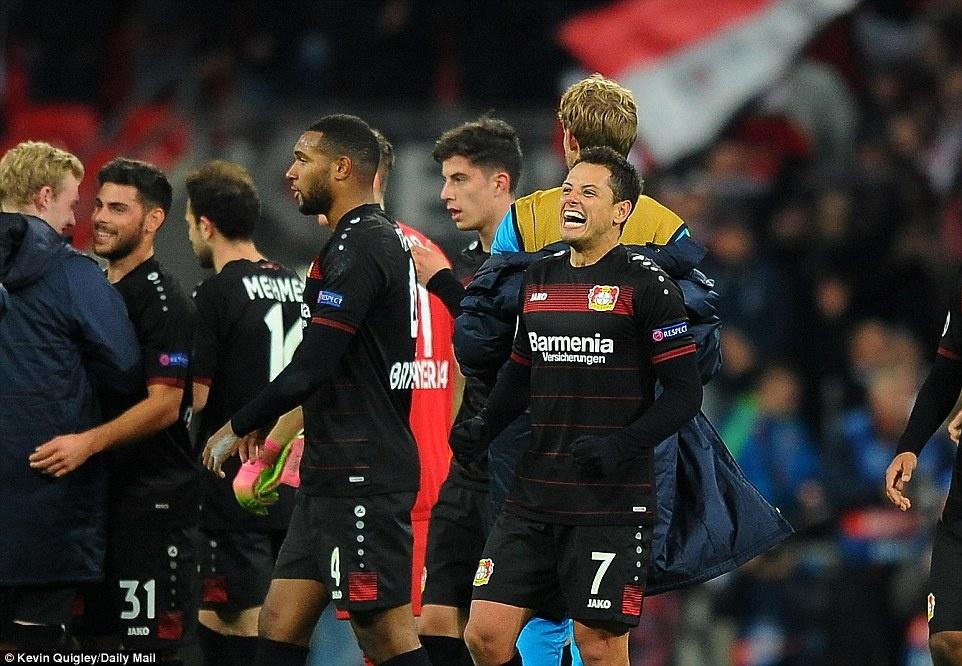 Doi cua Chicharito thang Tottenham o Champions League hinh anh 8