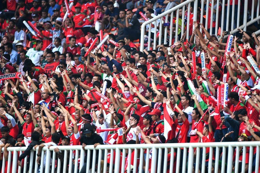 Fan Indonesia treo rao co vu doi nha anh 1