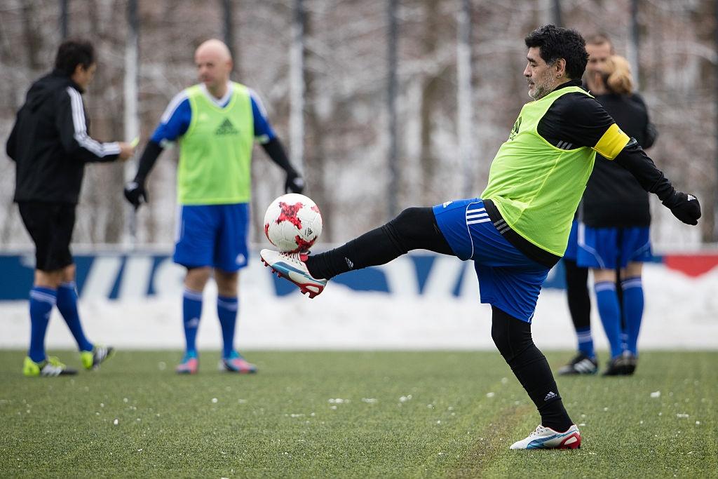 Diego Maradona hao hung du tran dau cua cac huyen thoai hinh anh 6