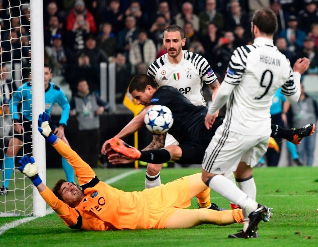 Buffon om an ui Casillas sau tran dau o Champions League hinh anh 1