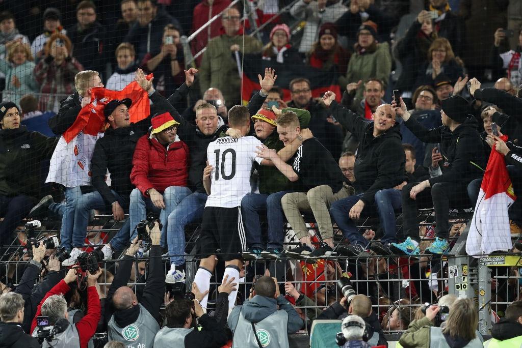Giup tuyen Duc danh bai Anh, Podolski giai nghe hinh anh 6