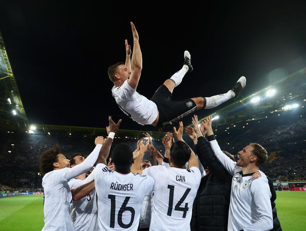 Giup tuyen Duc danh bai Anh, Podolski giai nghe hinh anh 3
