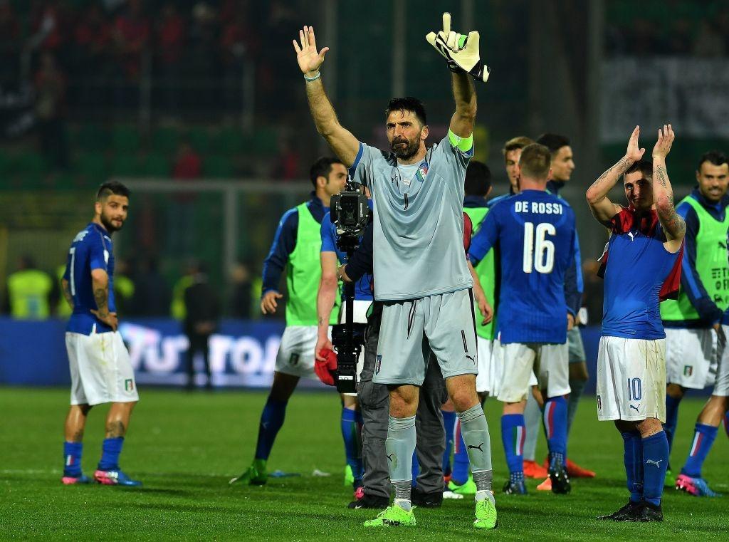 Buffon giu sach luoi trong tran thu 1000, Italy thang 2-0 hinh anh 4