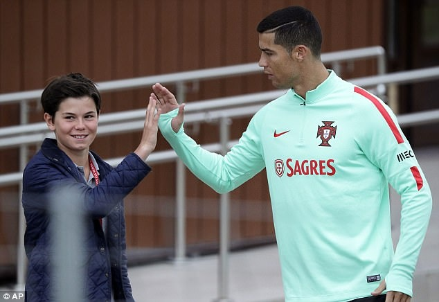 Ronaldo canh tranh danh hieu vua pha luoi Confeds Cup hinh anh 2