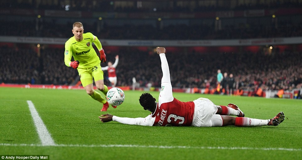 Welbeck dua Arsenal vao ban ket League Cup anh 6