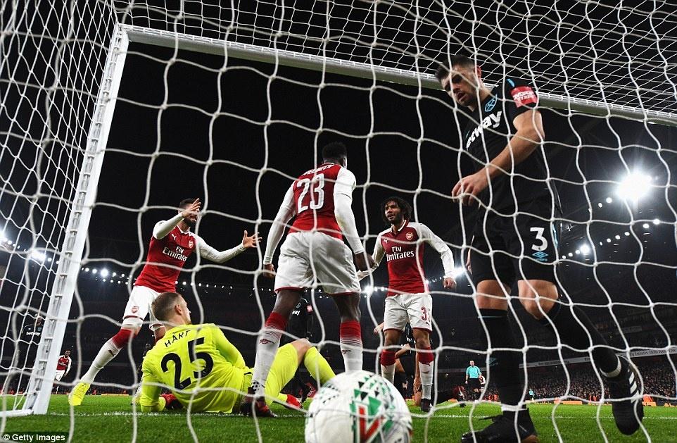 Welbeck dua Arsenal vao ban ket League Cup anh 8