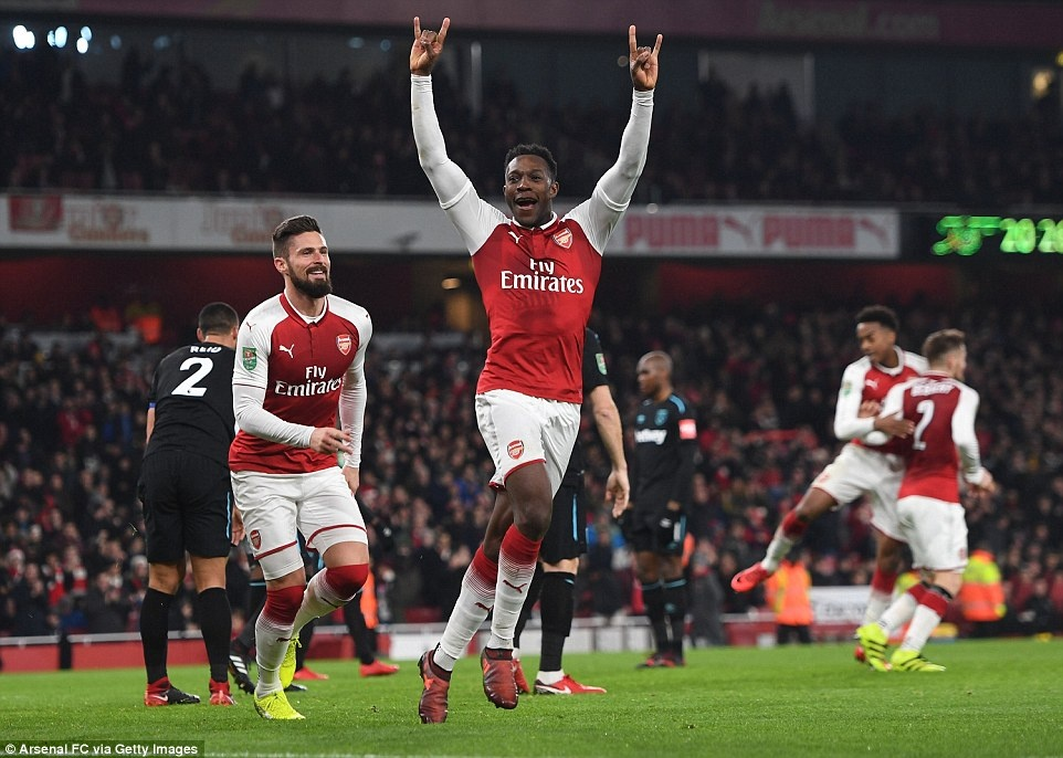 Welbeck dua Arsenal vao ban ket League Cup anh 2
