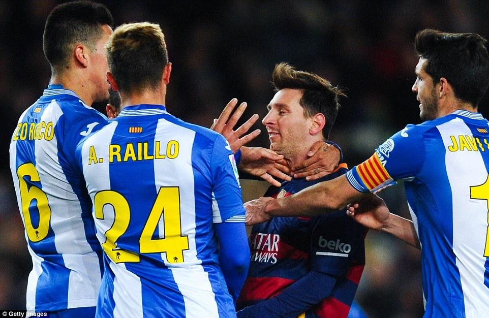 Messi chao don hai tan binh cua Barca bang cu dup hinh anh 12