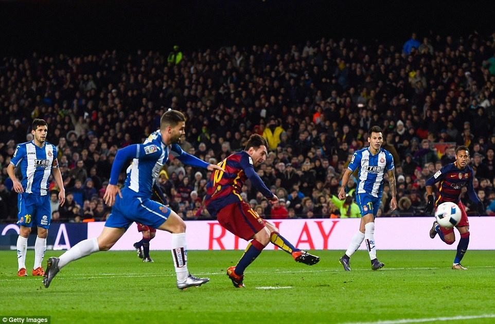 Messi chao don hai tan binh cua Barca bang cu dup hinh anh 2