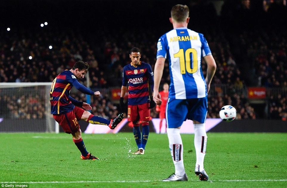 Messi chao don hai tan binh cua Barca bang cu dup hinh anh 3