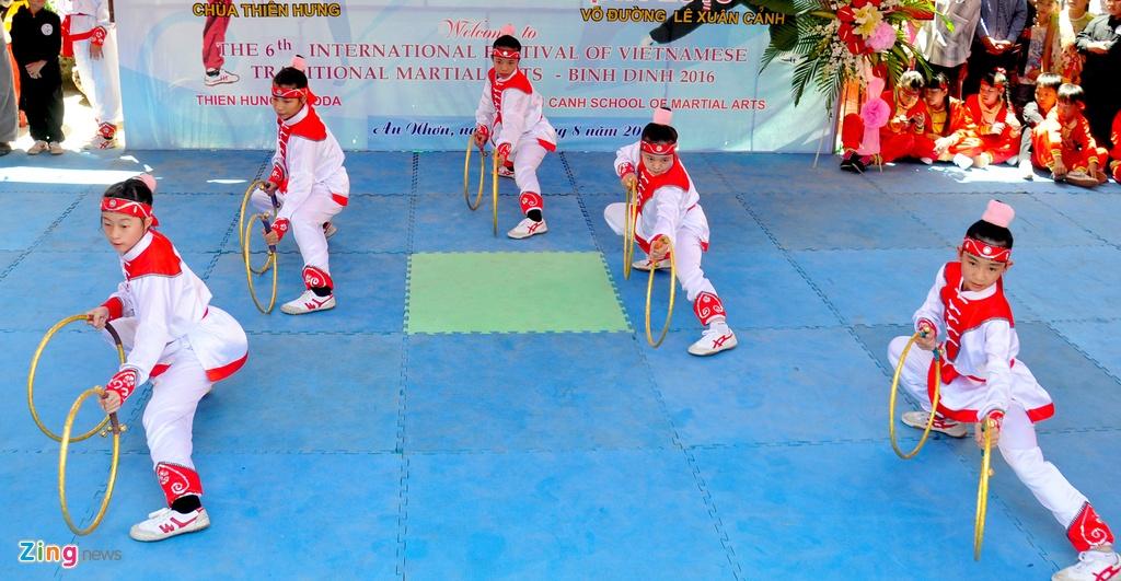 Nguoi Viet thich thu xem cac 'ong Tay' mua vo Binh Dinh hinh anh 11