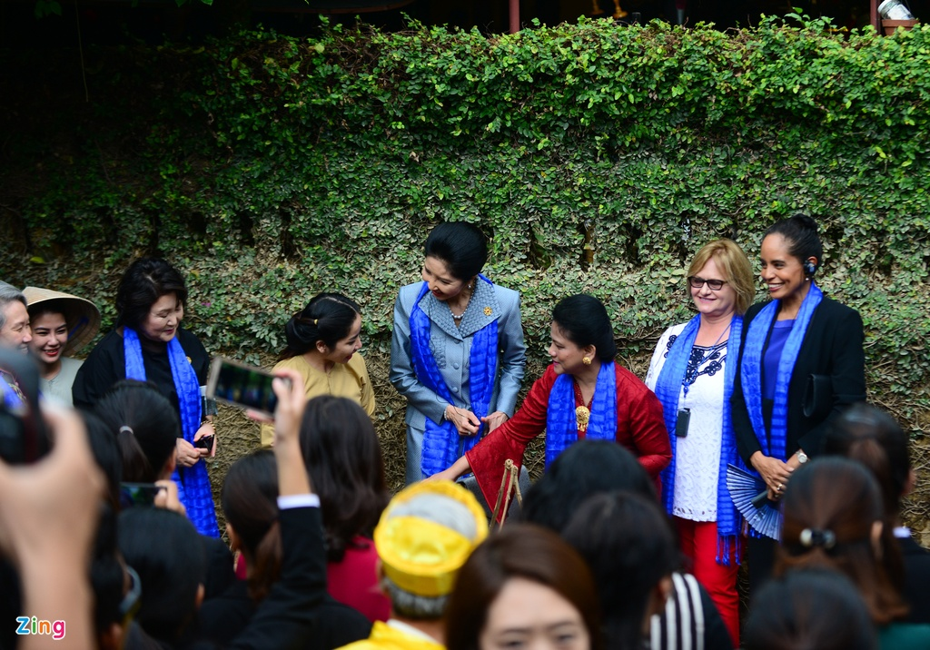 Phu nhan lanh dao cap cao APEC selfie o Hoi An hinh anh 3