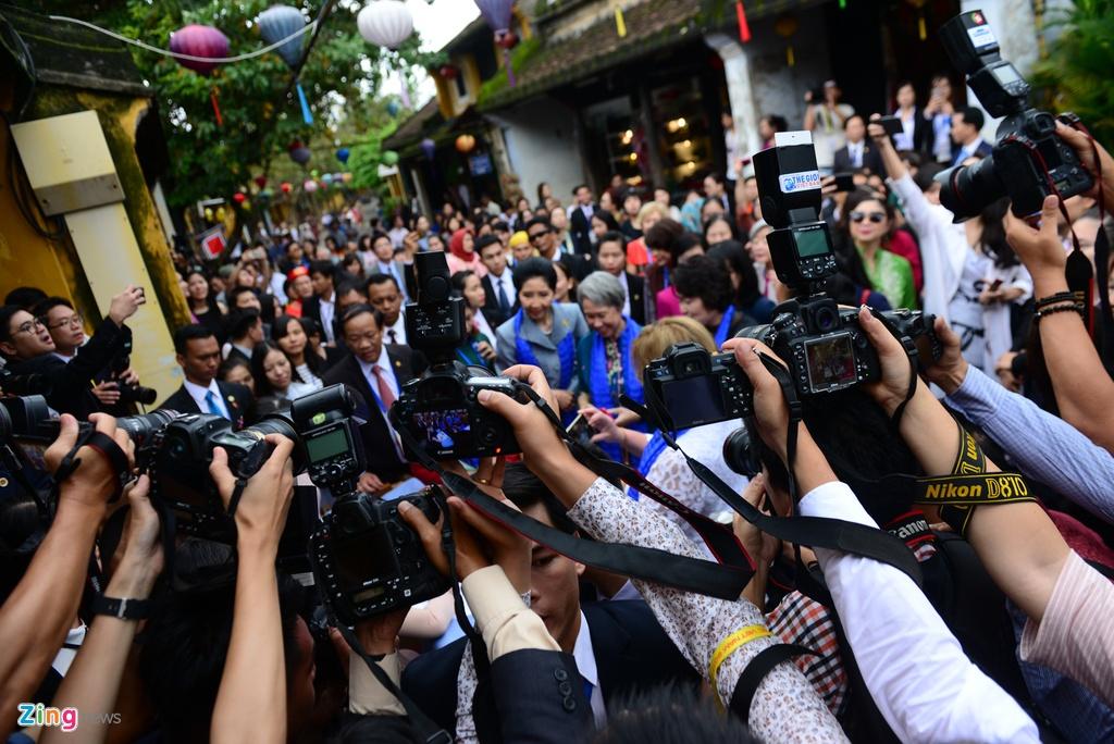 Phu nhan lanh dao cap cao APEC selfie o Hoi An hinh anh 5