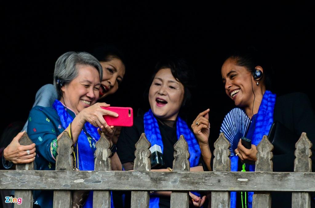 Phu nhan lanh dao cap cao APEC selfie o Hoi An hinh anh 7