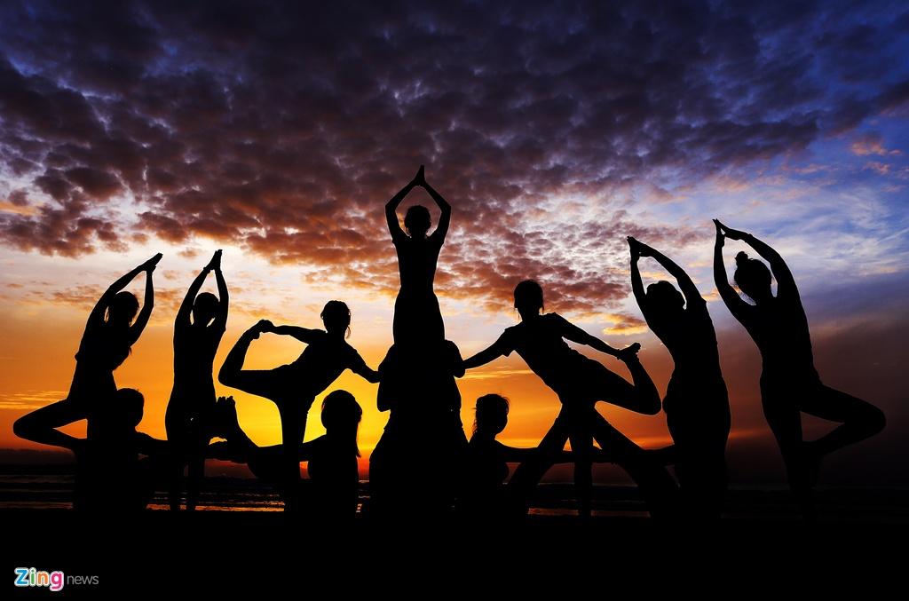Tap yoga ben bai bien noi tieng Quang Ngai hinh anh 1