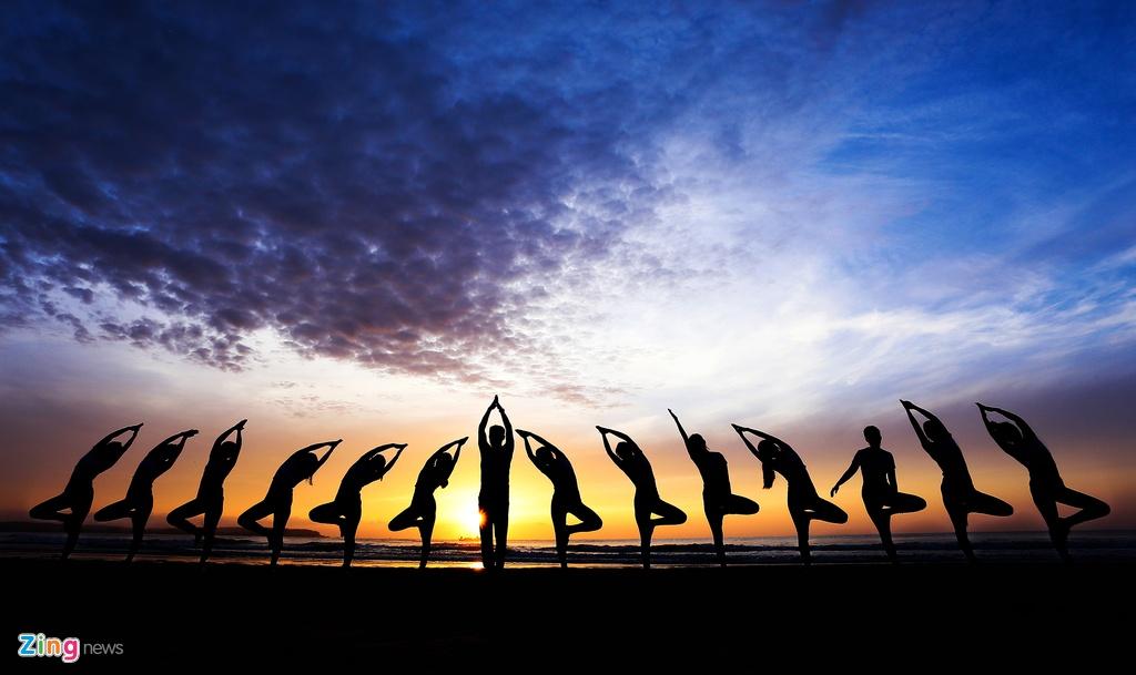 Tap yoga ben bai bien noi tieng Quang Ngai hinh anh 2