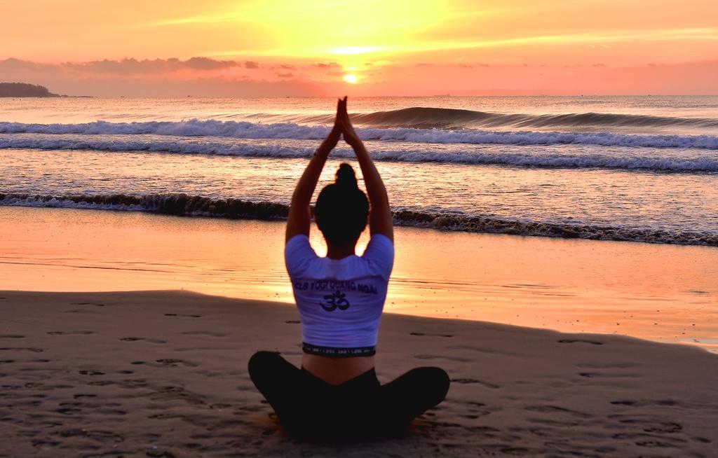 Tap yoga ben bai bien noi tieng Quang Ngai hinh anh 3