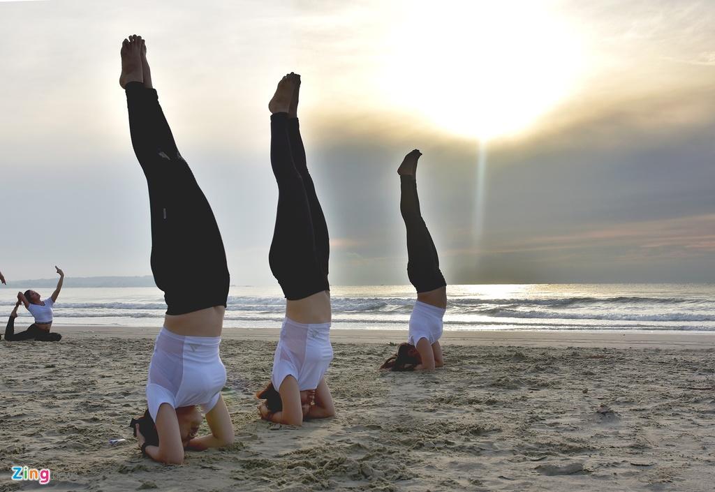 Tap yoga ben bai bien noi tieng Quang Ngai hinh anh 5
