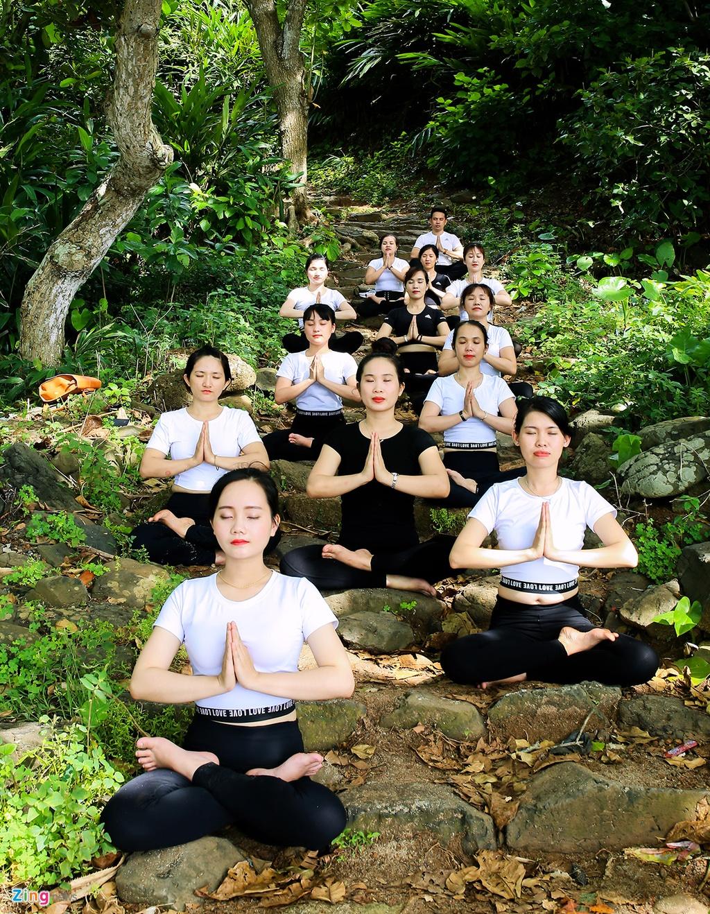 Tap yoga ben bai bien noi tieng Quang Ngai hinh anh 6
