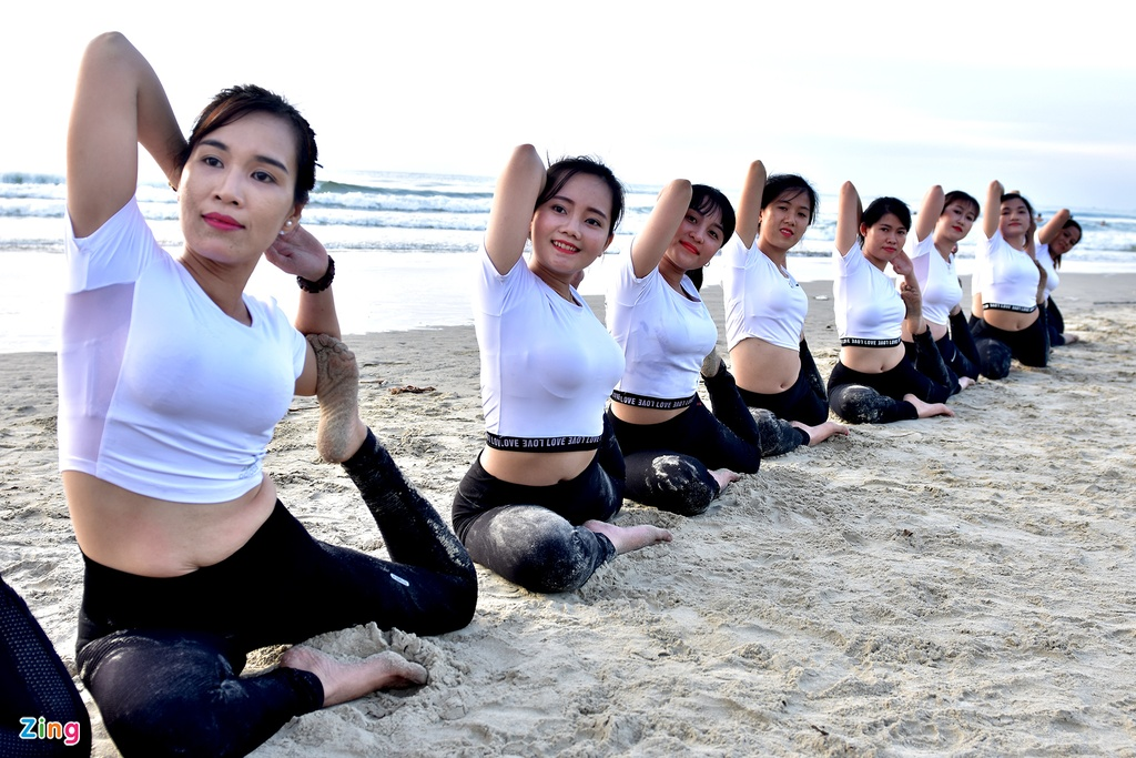 Tap yoga ben bai bien noi tieng Quang Ngai hinh anh 7