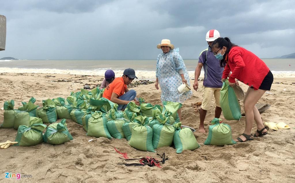 Người Khánh Hoà ra biển xúc cát chống bão